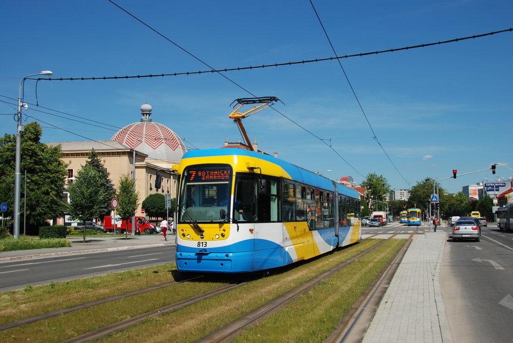 Tramvaj VarioLF2+ ev. č. 813 v Košicích. Celkem má DPMK k dispozici 46 těchto tramvají, které dodala společnost Pragoimex. (foto: Libor Hinčica)