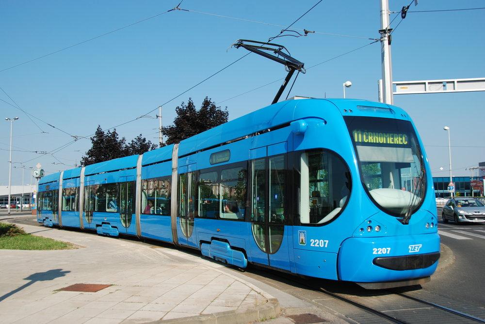 Tramvaj Crotram TMK 2200 od Končaru v chorvatském Záhřebu. (foto: Libor Hinčica)