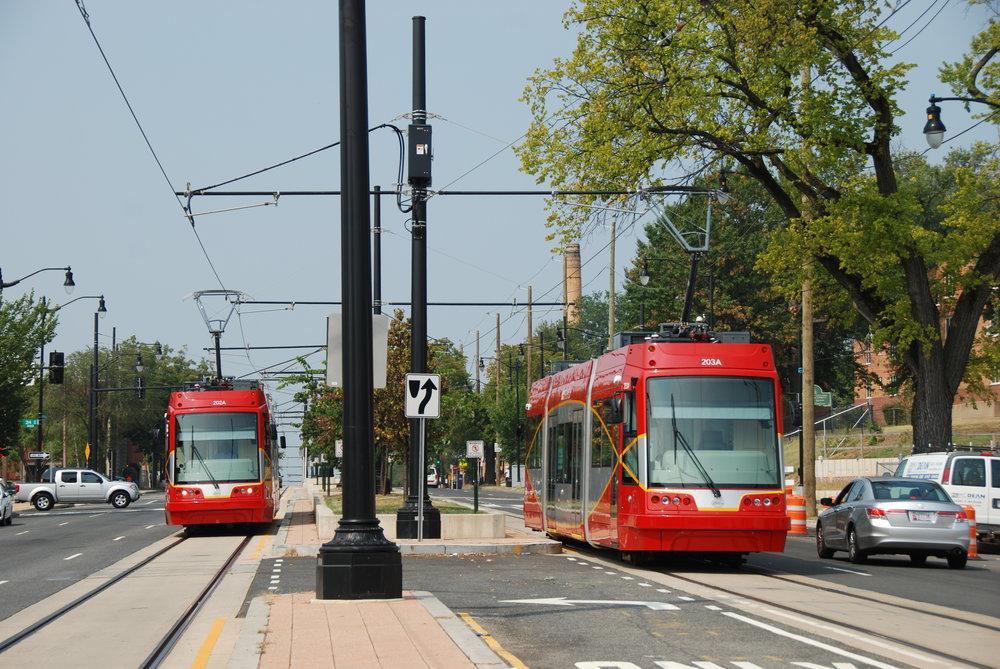 Tramvaje United Streetcar 100 byly vyrobeny dle licence české Škodovky. Na první pohled tak připomínají původní vozy Škoda 10T, jež byly do USA z ČR dodávány. Na snímku je dvojice vozů během zkoušek ve Washingtonu, D.C. (foto: Libor Hinčica)
