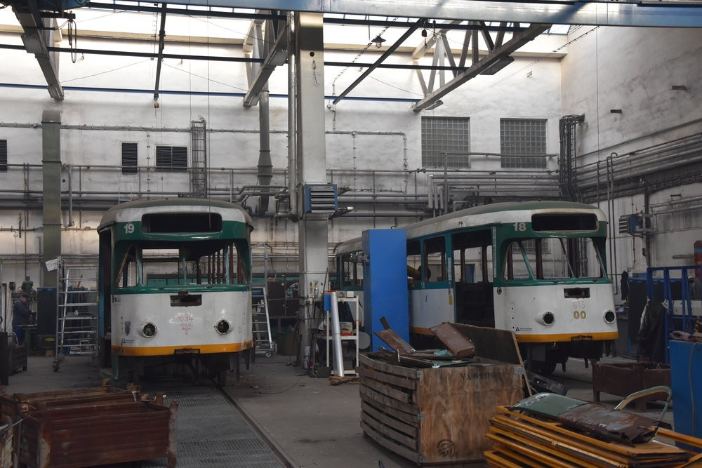 Tramvaje T2R ev. č. 19 a 18 z Liberce popsané původními ostravskými čísly 694 a 613. (foto: Libor Hinčica)
