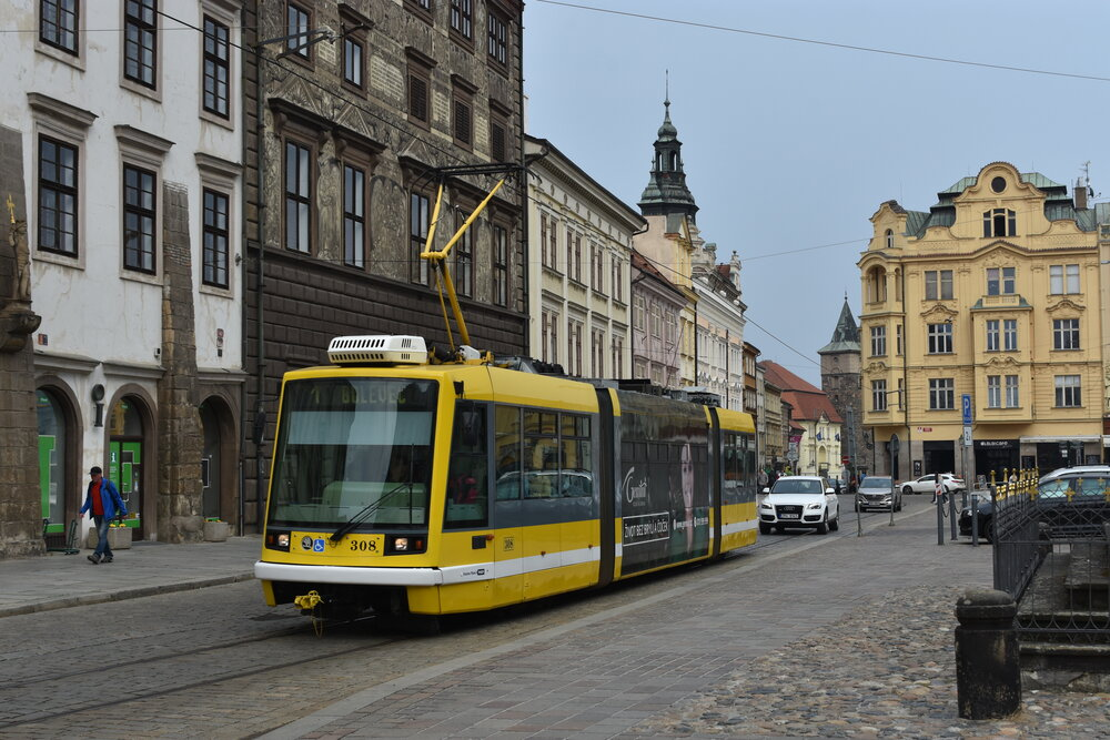 Tramvaj Škoda 03T ev. č. 308 Plzeňských městských dopravních podniků projíždí v dubnu 2019 po obvodu centrálního náměstí v Plzni. (foto: Libor Hinčica)