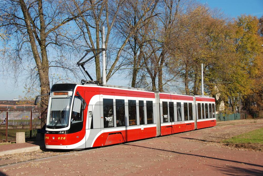 Tramvaj Pesa 2010N (129 Nb) ve městěCzęstochowa zachycená na snímku z října 2015. (foto: Libor Hinčica)