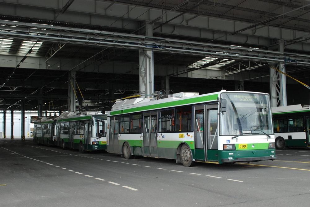 Trolejbusy Škoda 21 TrACI v plzeňské vozovně Karlov na jaře 2018. (foto: Libor Hinčica)