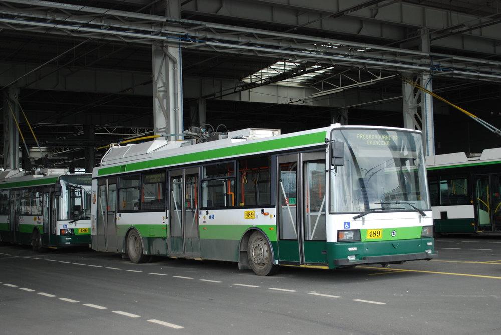 Odstavený trolejbus Škoda 21 TrACI v areálu vozovny Karlov. (foto: Libor Hinčica)