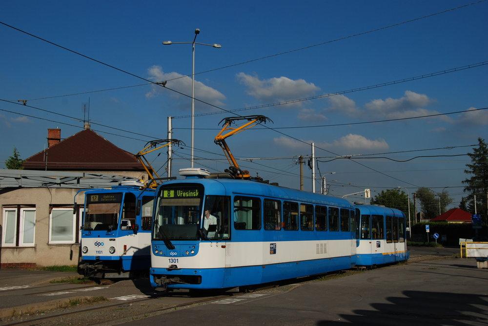 Vůz ev. č. 1301 s vlekem ev. č. 301 ve společnosti tramvaje T6A5 na konečné Vřesinská. (foto: Libor Hinčica)