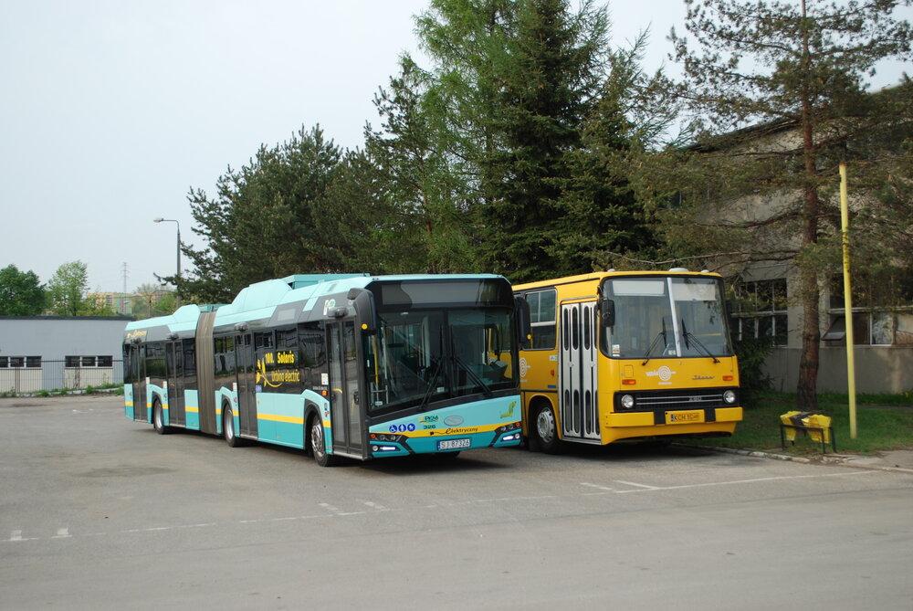 Článkový elektrobus (vlevo) dopravce PKM Jaworzno ve společnosti historického autobusu Ikarus 280. (foto: Libor Hinčica)