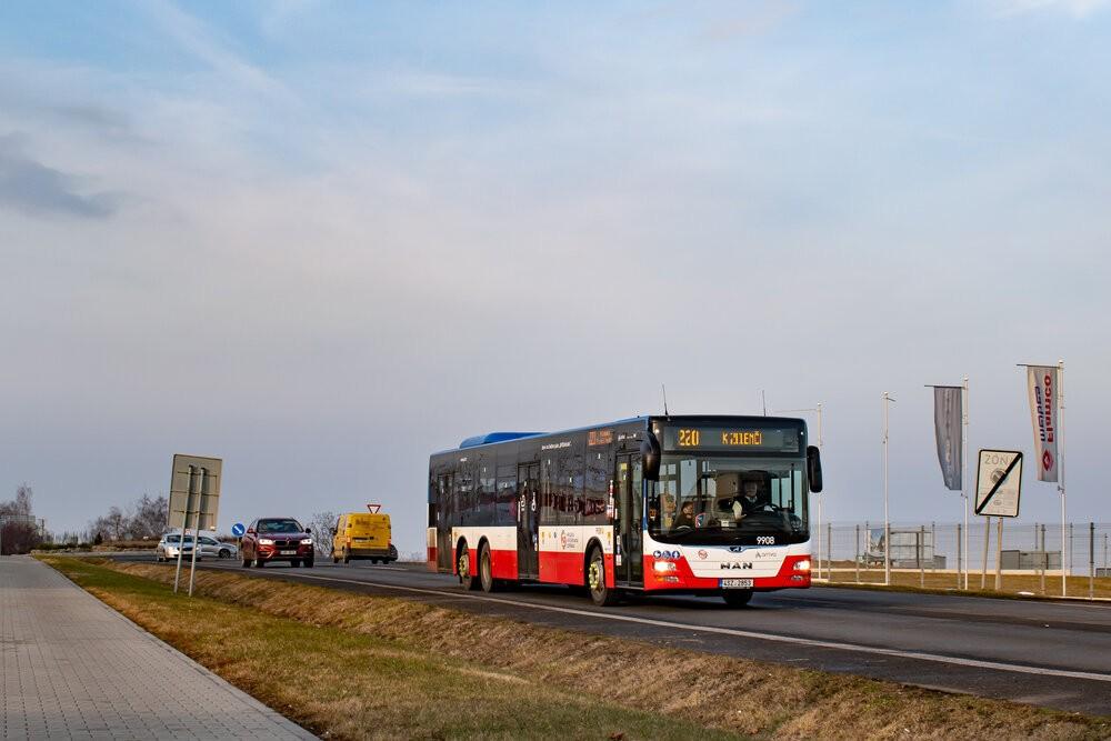 MAN Lion's City L ev. č. 9908 se v první den svého provozu na lince 220 blíží k zastávce K Zelenči. (foto: Honza Tran)