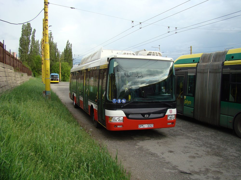 Trolejbus SOR TNB 12 ev. č. 3202 v areálu košické trolejbusové vozovny.
