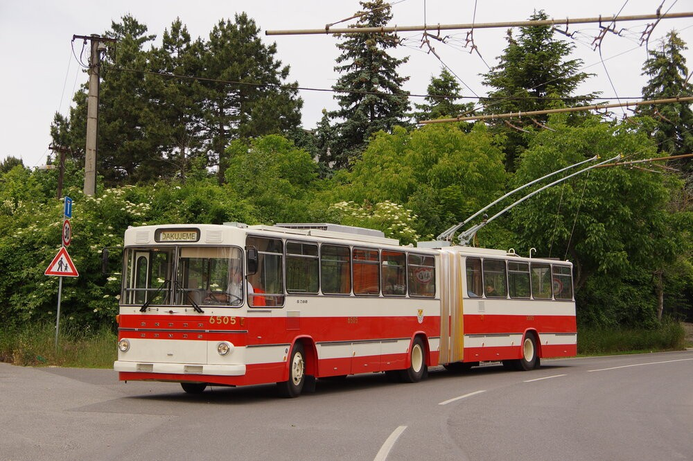 Nádherně zrekonstruovaný první československý kloubový trolejbus Škoda Sanos v Bratislavě při své první jízdě, jež byla zároveň poděkováním dlouholetému zaměstnanci DPB Štefanovi Kitkovi. (foto: Ing. Mário Kováč)
