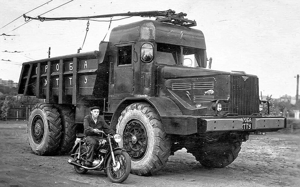 Fotografie z dolu v Eisenerzu prozatím nebyly oficiálně uvolněny, a tak si připomeneme nákladní trolejbusy alespoň ilustračním snímkem sovětského nákladního vozu MAZ-525 z roku 1952 v trolejbusové úpravě. (zdroj: Wikipedia.ru)