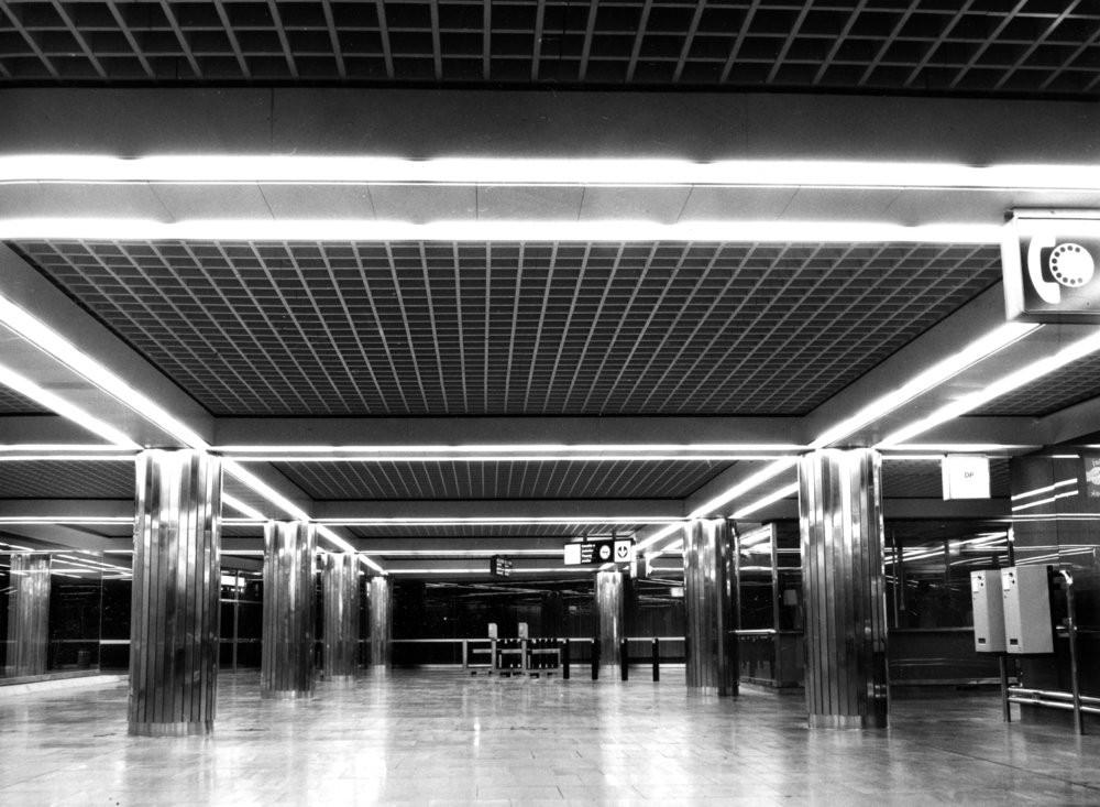 Původní vzhled vestibulu stanice Národní třída. Stanice byla navržena architektkou Ing. arch. Radou Mirvaldovou-Staňkovou a do provozu byla uvedena v roce 1985. Dnes je tento prostor minulostí, neboť vestibul byl zbourán v souvislosti s výstavbou nového obchodního centra. (foto: archiv DPP)