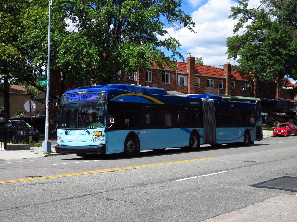 Autobusy New Flyer XE60 znají v New Yorku v dieselové verzi (na snímku). Nyní se přidají také první elektrobusy. (zdroj: Wikipedia.org)