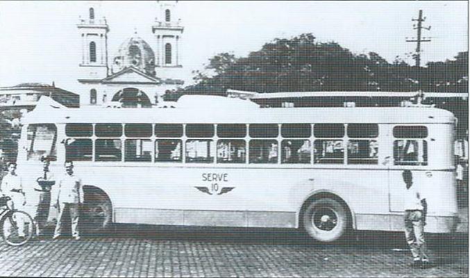 Na dalším snímku zroku 1957 již vidíme jeden zex-niteróiských vozů VBRh před katedrálou ve městě Campos. (foto: sbírka Allena Morrisona)