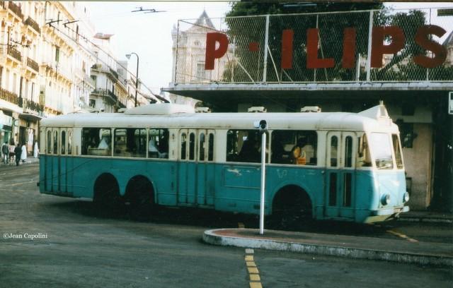 Snímek zalžírského Oranu pořízený včervnu 1966 zachycuje jeden z15 vozů VA3, které původně působily vAlžíru u společnosti RSTA a našly nové působiště právě vOranu. Původní barevné schéma bylo u nového provozovatele TEO (Transports Électriques d'Oran) zachováno.Vůz byl zvěčněn nanáměstíPlace d'Armes (ex-Place du Maréchal Foch). (foto: Jean Capolini)