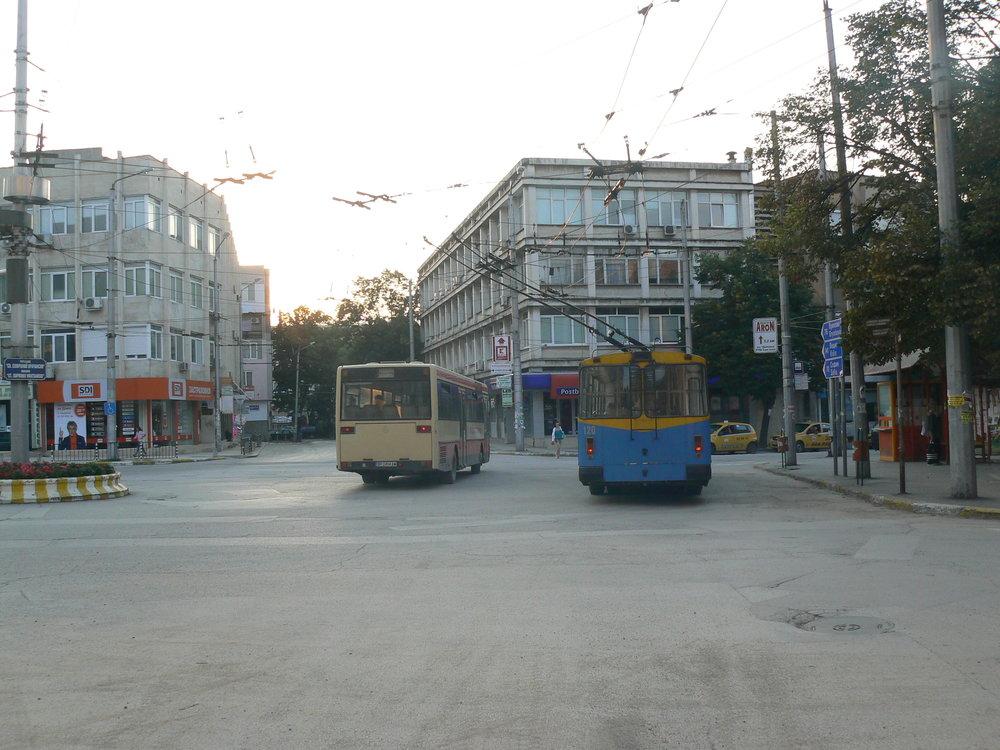 """Příjezd autobusu linky """"A"""" – NAD za trolejbus ve směru Chimki a Medkovec."""