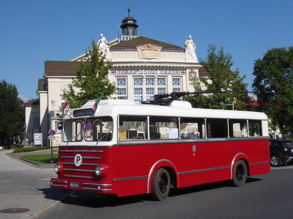 Trolejbus z roku 1944 (s upravenou karoserií z roku 1957) před městským divadlem. (foto: Gunter Mackinger)