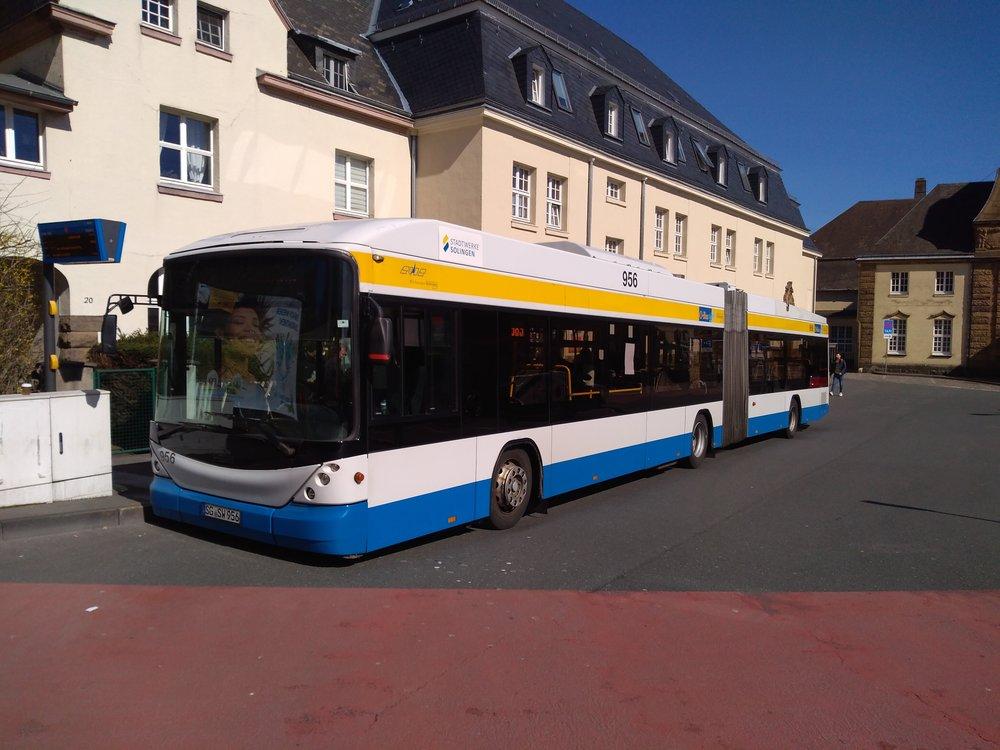 Konečná Vohwinkel Bahnhof ve wuppertalském obvodu Vohwinkel je obsluhovaná trolejbusovou linkou 683 a názorně ukazuje, že je možné trolejbusy propojovat i spolu sousedící města. Do Wuppertalu trolejbusová trať vede, jenže posledních zhruba 500 m kdanému nádraží je nezatrolejovaných, neboť podjezd pod železniční tratí je pro vedení trolejí příliš nízký (a snížení úrovně vozovky značně nákladné) a vlastnické poměry nakonečné u nádraží zřízení trolejového vedení zatím neumožnily.