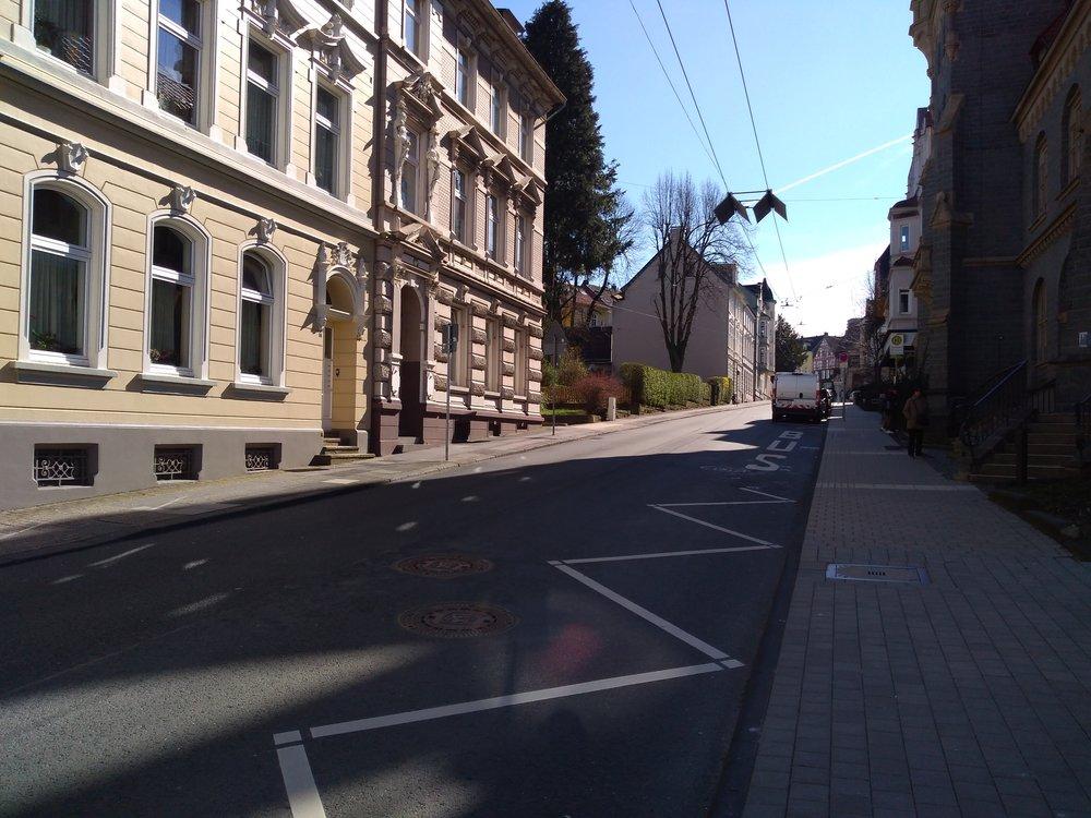 Tady vidíme trolejovou stopu trojúhelníkové blokové smyčky zblízka. Tato část je jediná ze smyčky využívaná a slouží trolejbusům ve směru do Solingenu. Okousek výše končí druhá stopa, která patří trolejbusům jedoucím ze Solingenu.