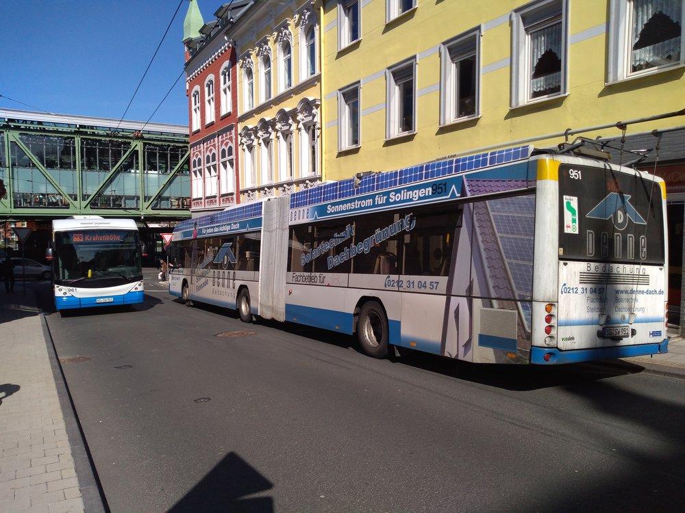Nasnímku vidíme napravé straně trolejbus, který přijel ze Solingenu. Zahne doprava a pak doleva, aby dojel kvohwinkelskému nádraží. Sběrače – vsouladu stím, co bylo psáno oněkolik snímků dříve – shodil ještě před příjezdem nablokovou smyčku: musel, nasnímku viditelná stopa je totiž určená pouze protisměrně jedoucím trolejbusům. Ty se ale natrolejují těsně před výjezdem ze smyčky.
