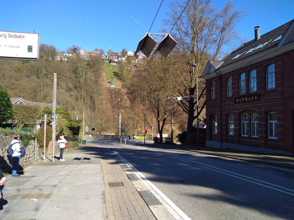 Trolejbusy se musí při návratu do Solingenu natrolejovat, kčemuž jim slouží vzastávce Burg Seilbahn tyto stříšky.