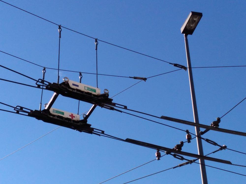 Naterminálu Werwolf se stýká hned několik trolejbusových tratí. Výhybkami je propojila pražská společnost Elektroline, jejíž produkty visí či jsou zavěšeny hned naněkolika místech ve městě.