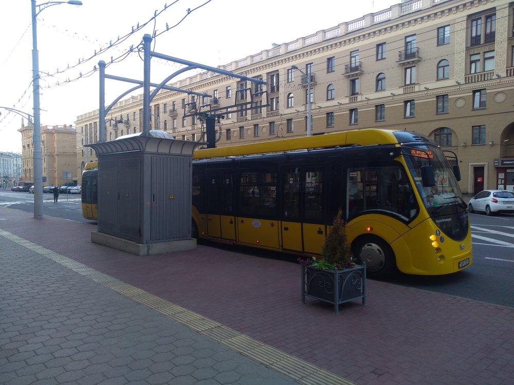 Elektrobus vcentru a u nádraží.