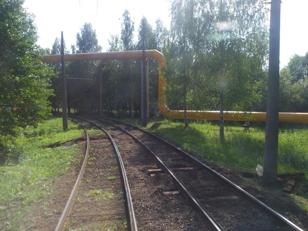Kolem trati se kroutí různé roury a potrubí.