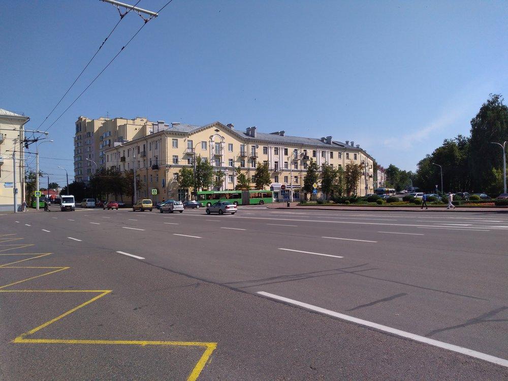 """Náměstí Lenina. Zleva vidíme nezřetelně (v místech, kde jde vidět """"schovaný"""" zelený autobus) přicházet stopu zblokové smyčky vedené kolem Smolenskogo rynka, zpravé strany se ale blíží stopa původní jednostopé smyčky, která dělá okruh kolem náměstí. Nasnímku jde vidět spojení obou smyček."""
