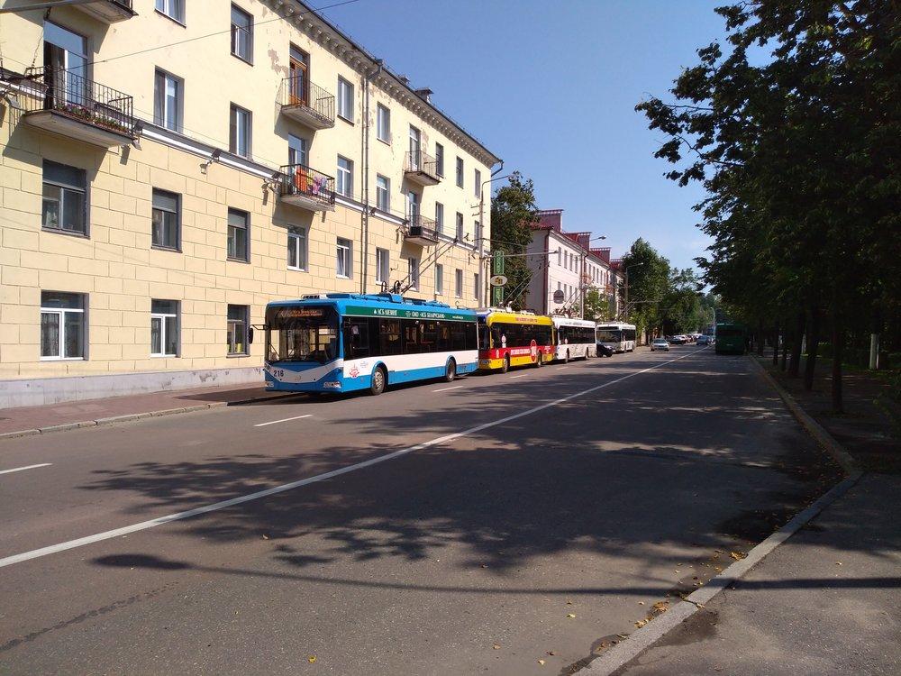 A jak vidíme ztohoto a dalších dvou snímků, trolejbusům se bloková smyčka zrovna nezamlouvá a parkují napůvodní smyčce u náměstí Lenina, zatímco delší okruh pro obrat směru absolvují jen některé spoje.