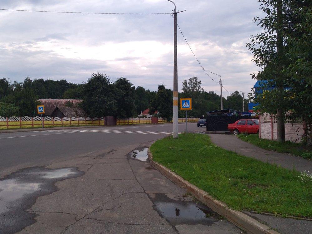 Jak ukazuje tento snímek (trolejbusy se otáčejí za zády fotografa), město u závodu navýrobu pneumatik končí a následuje už jen les. Krátká větev ktržišti je vedena po paralelní ulici vpravo vzdálené asi 300 m. Vpravo je také umístěn onen závod.