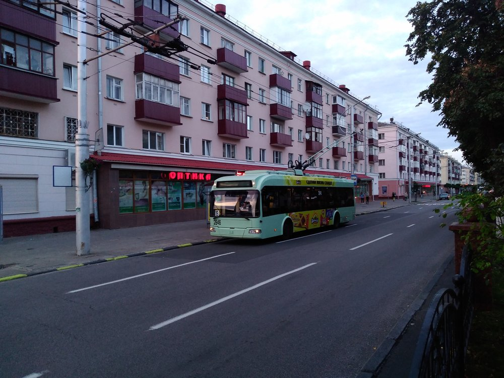 Trolejbus večer nedaleko nádraží.