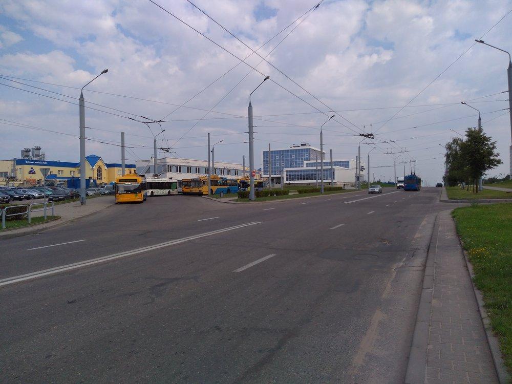 Severní konečná Devjatovka. Končí zde i linka č. 20 vedená parciálními trolejbusy.