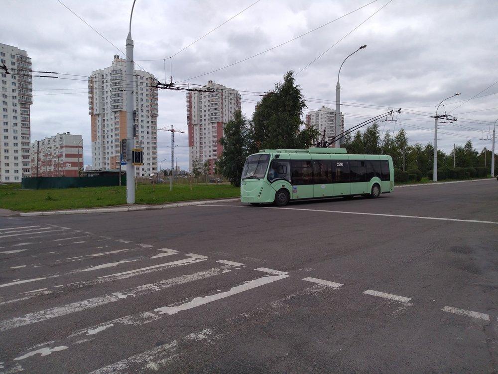 Vtéto galerii se je možné podívat navůz ev. č. 2500 typu AKSM-42003A «Vitovt». Tento typ byl Belkommunmašem sestrojen poprvé roku 2007 a nasnímku vidíme první sériové vozidlo zroku 2008. Minsk si pořídil těchto dvoudveřových trolejbusů, které uvedly tzv. čtvrtou generaci vozidel běloruského výrobce, jen 6 (včetně prototypu). Trolejbus, přestože byl prezentován až vkolumbijském Medellínu, se nesetkal svelkým ohlasem, další kus provozuje Kaliningrad a ještě jeden pak provozoval už jen ruský Kovrov, který jej převzal od bulharského Plovdivu. Podobná verze soznačením AKSM-420030 se dočkala čtyř provozovatelů, a sice Bělgorodu, Tuly, Tiraspolu a Kaliningradu. Těm všem bylo dohromady dodáno 43 vozů.