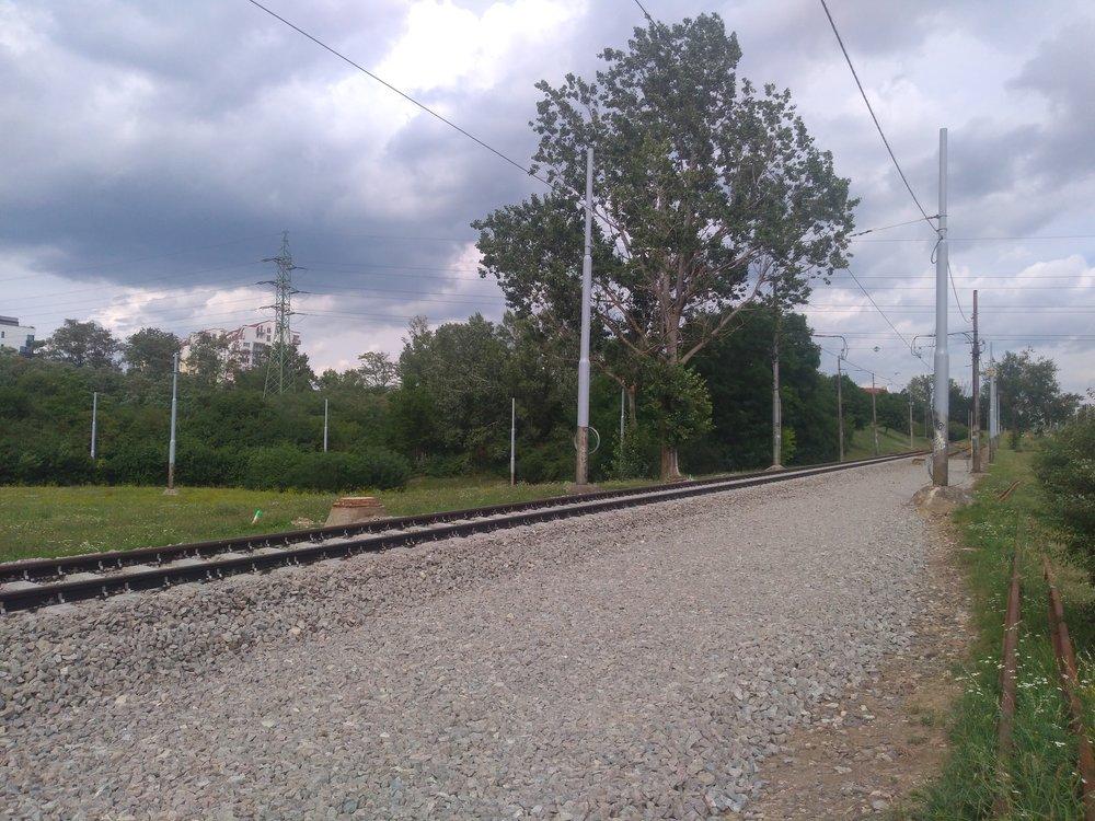 Pohled narekonstrukci paralelní tramvajové trati.