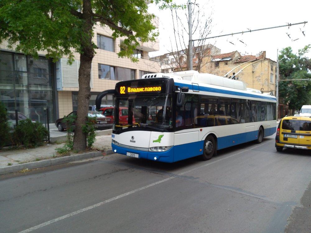 Trolejbus přijíždí kzastávce Dimčo Debeljanov.