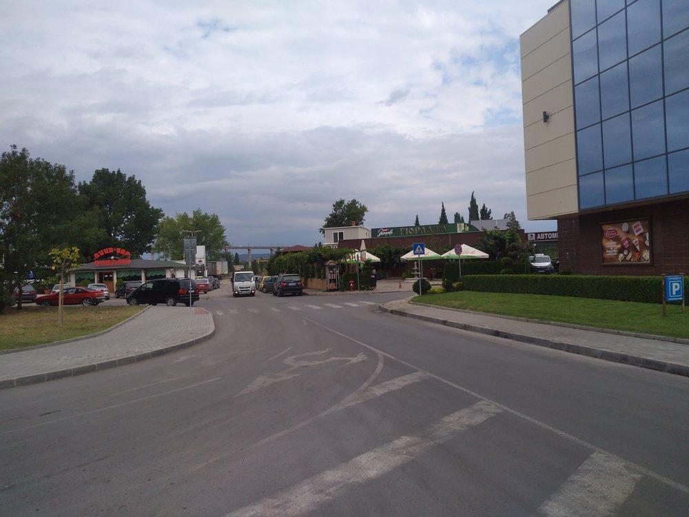 Ze čtvrti Asparuchovo je možné vidět most přes Varenský záliv, po kterém trolejbusy jezdí.