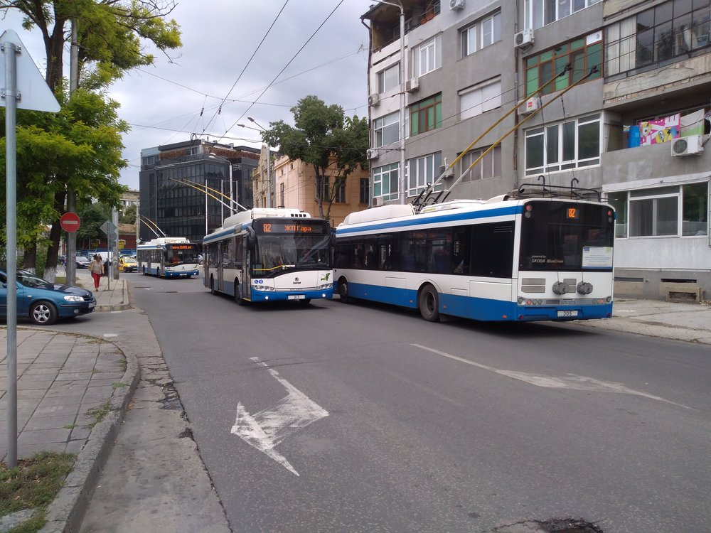 Vyfotit tři trolejbusy současně vyžaduje velkou míru štěstí, trolejbusy totiž ve Varně vkrátkých intervalech nejezdí. Zde se sešly dva trolejbusy nalince strolejbusem, který jel bez cestujících.