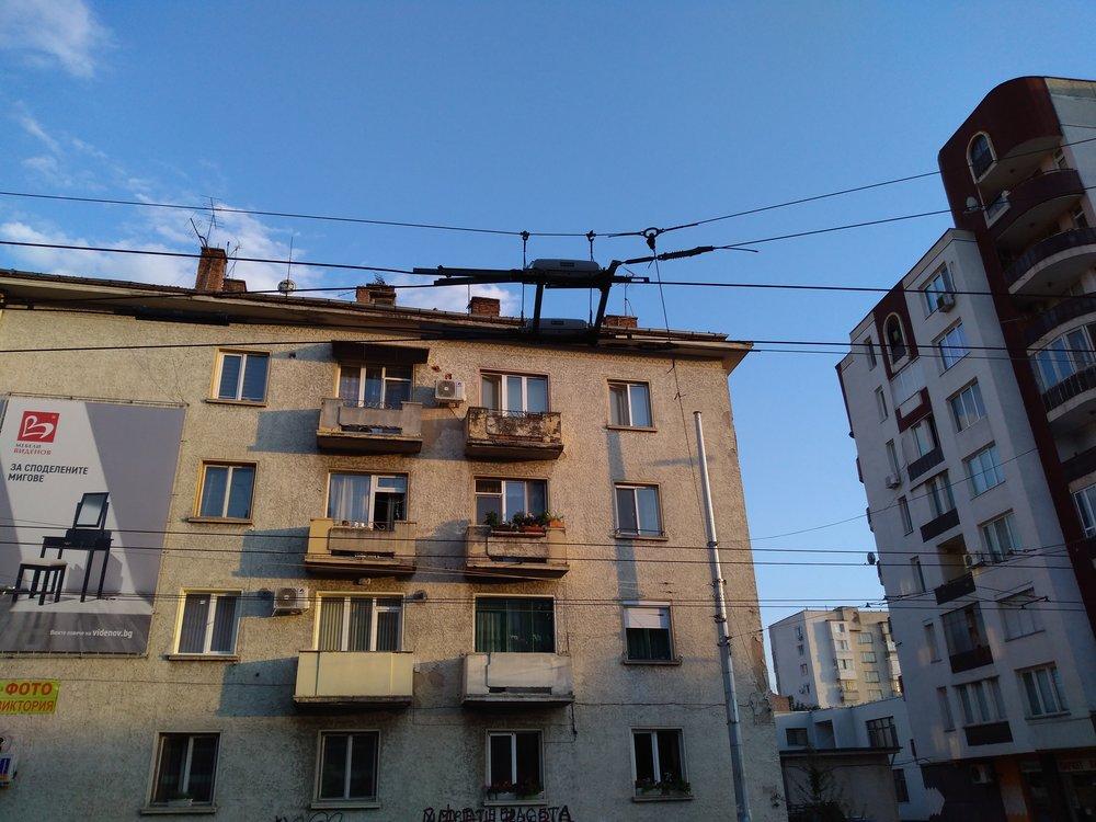 Výhybka od firmy Elektroline. Pleven má mezi bulharskými trolejbusovými provozy nejvyšší počet výhybek od tohoto výrobce, který se postaral opodstatnou část rekonstrukce místních trolejí i jejich rozšíření.