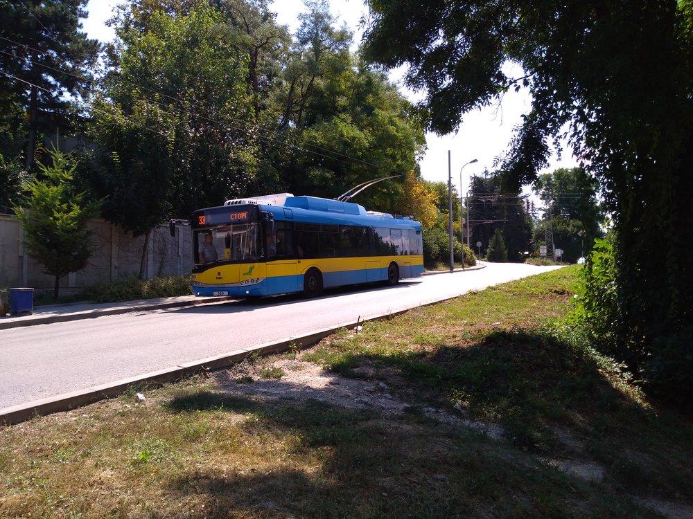 Následující galerie ukazuje jednostopou trať přes čtvrť Kajlăka, kterou začala obsluhovat linka č. 33. Snímky byly pořízeny proti směru hodinových ručiček (tj. proti směru jízdy linky č. 33, pokud není uvedeno jinak) a začínají u jižní konečné Mosta (za zády fotografa), kam začaly roku 1985 jezdit od nádraží vůbec první trolejbusy. Trať není do konečné Mosta zaústěna, jen ji lemuje zvýchodní strany a teprve poté se napojuje napůvodní trať.