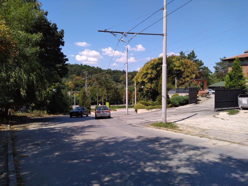 Pohled zpět. Dole konečná Mosta, kam trolejbusy linky č. 33 zamířit nemohou.