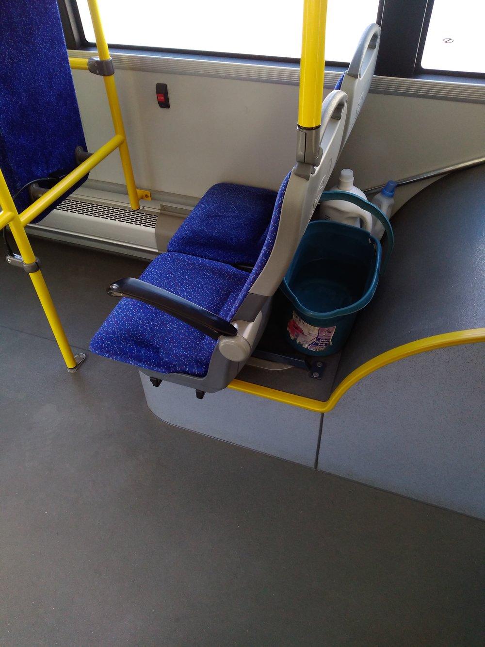 """Vědro sčistou vodou, mop a čistící prostředky jsou vkaždém plevenském trolejbuse samozřejmostí, a tak interiér místních vozů září čistotou. Místní DP přitom otom, že řidiči vyfasovali """"kýbl"""", žádné tiskové zprávy vydávat nepotřebuje."""