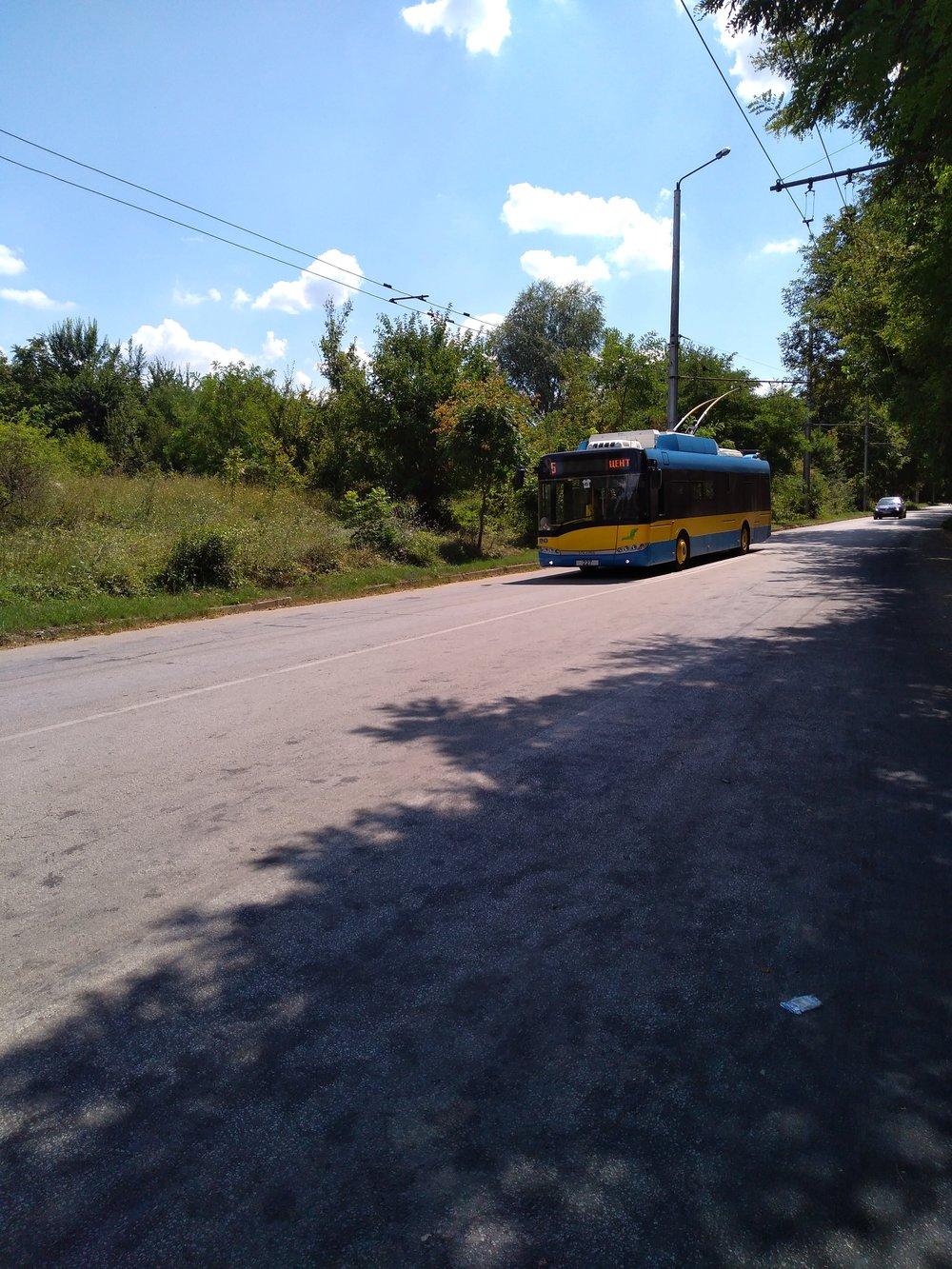 Trolejbus přijíždí nakonečnou Družba po jižní trati.