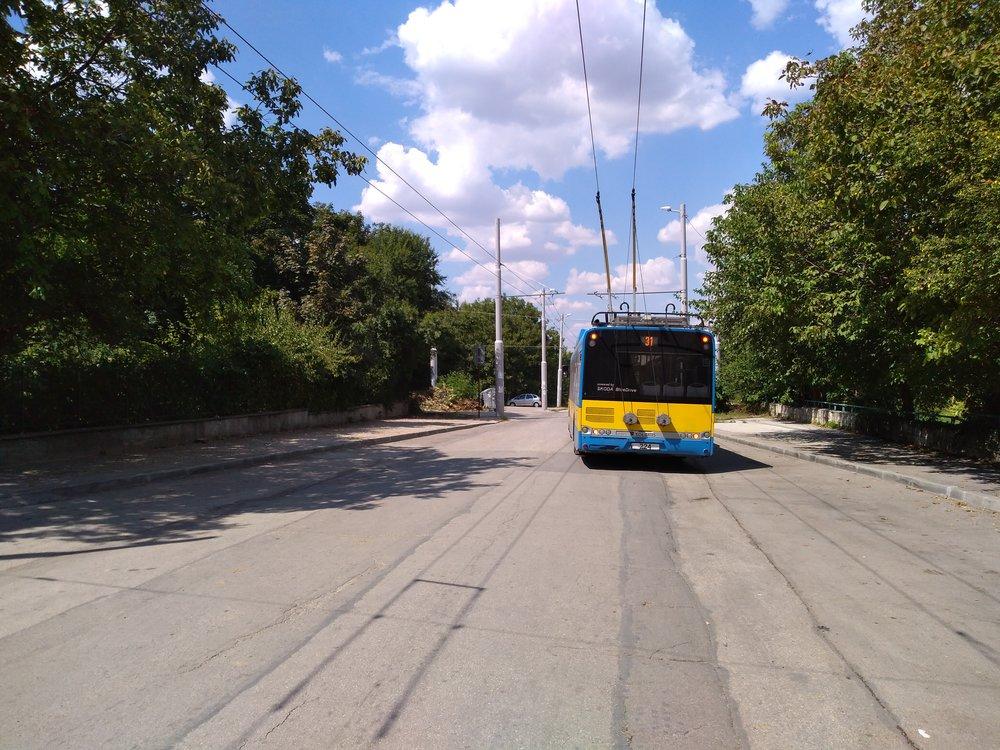 Trolejbus u nemocnice nazápadě města, nakonečné, jež je součástí nedávno vybudované trati. (4x)