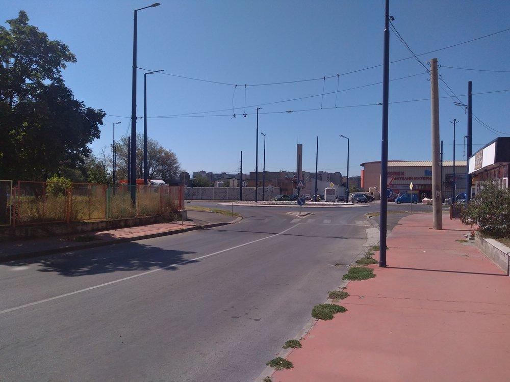 Následující snímky ukazují trolejbusovou síť vzápadní části města, která byla jižně od vozovny přerušena.