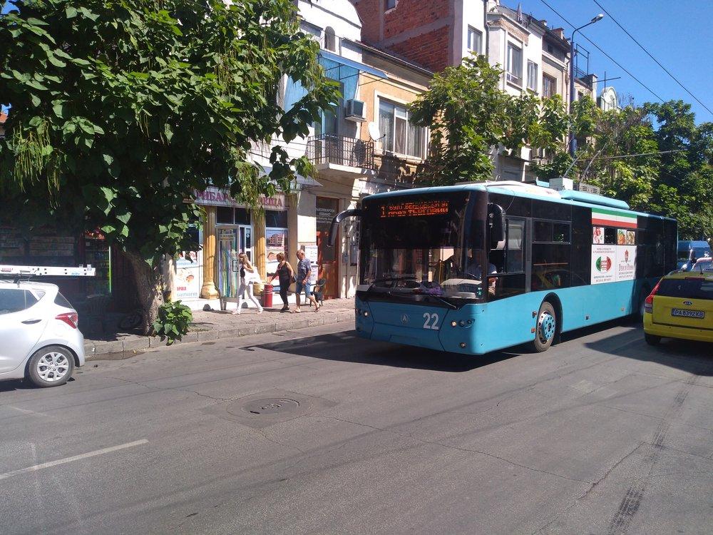 Trolejbus u centra (2x).