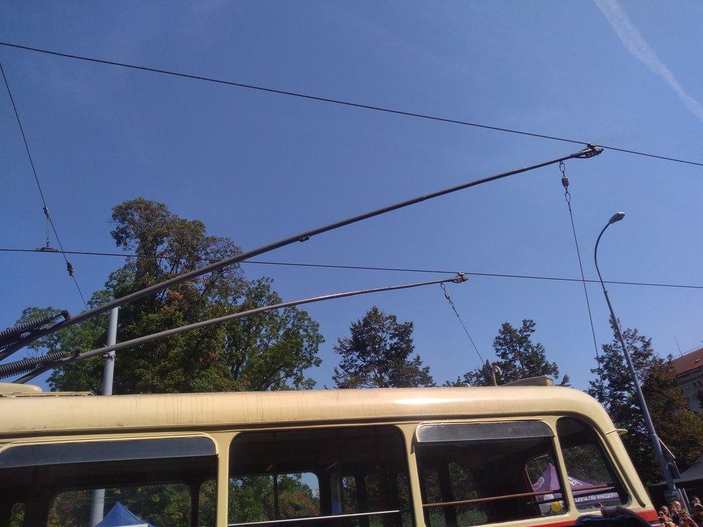 Některé trolejbusy si stramvajovými trolejemi příliš nerozuměly.