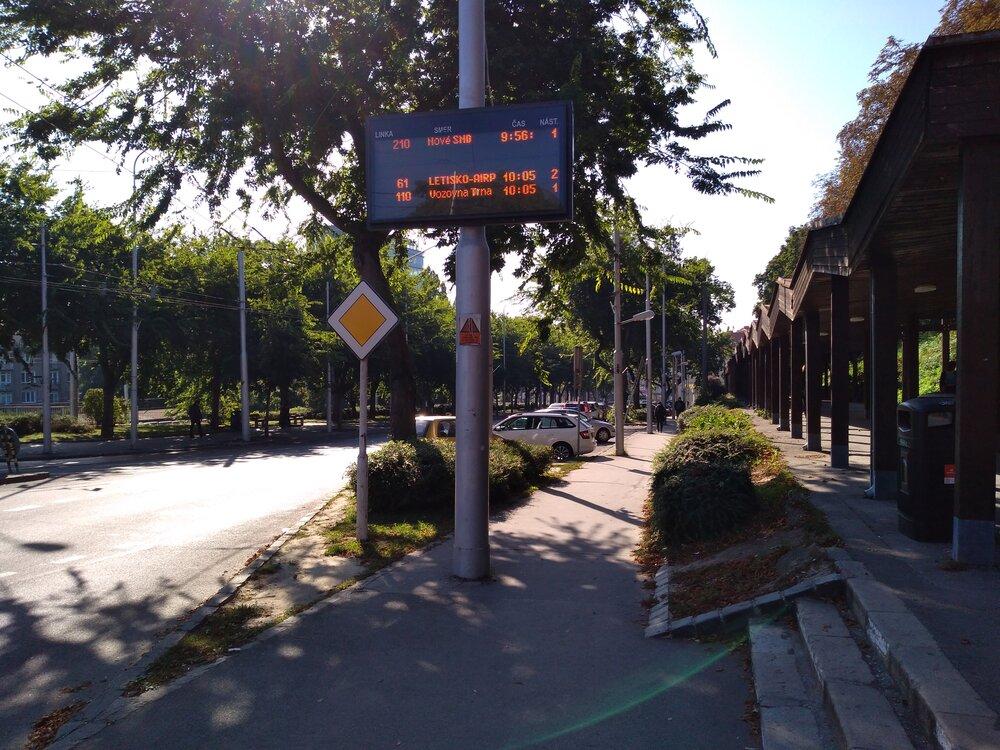 Informační tabule byly na zvláštní trolejbusovou linku 110 připraveny, jak ukazuje i tento snímek (pozn.: tato tabule byla naprosto v pořádku, jen ji fotoaparát nezachytil dokonale).