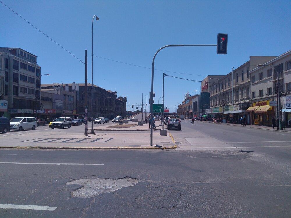 Tímto směrem by se měla trolejbusová trať prodloužit, aby byl možný přestup nametro. Zachována byla dosud jen stopa vlevé části ulice.