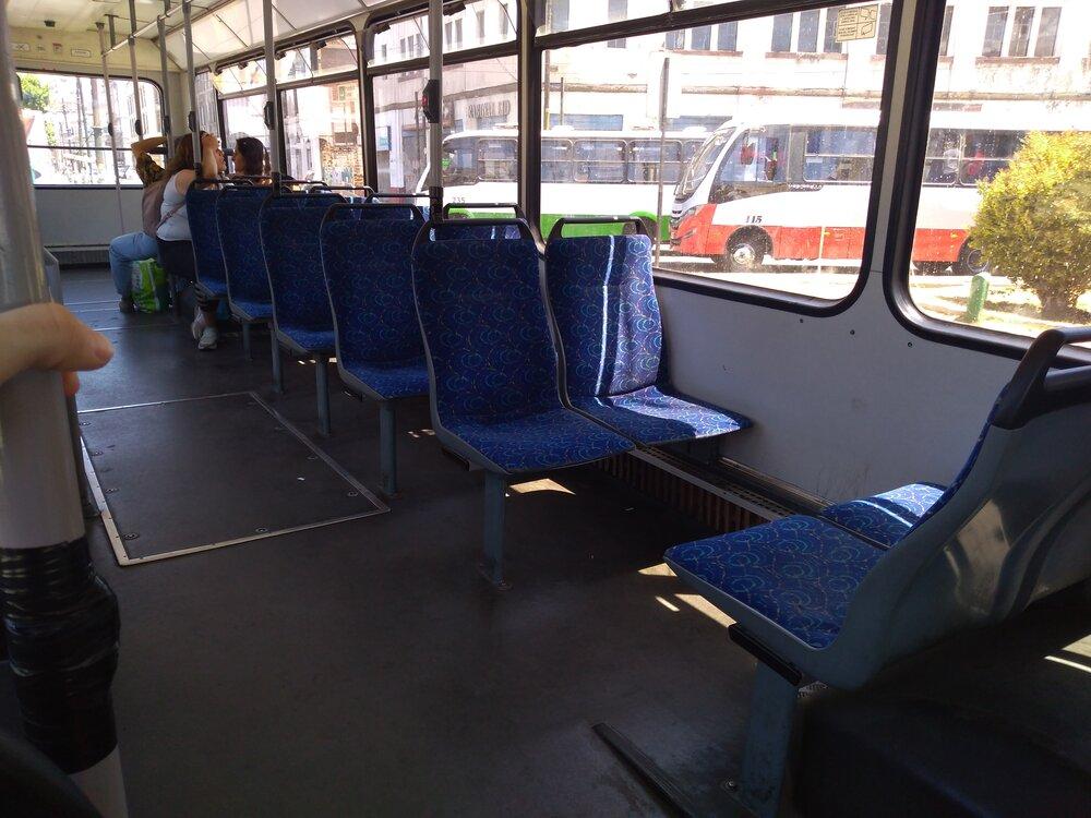 Interiér švýcarského trolejbusu (4 x).