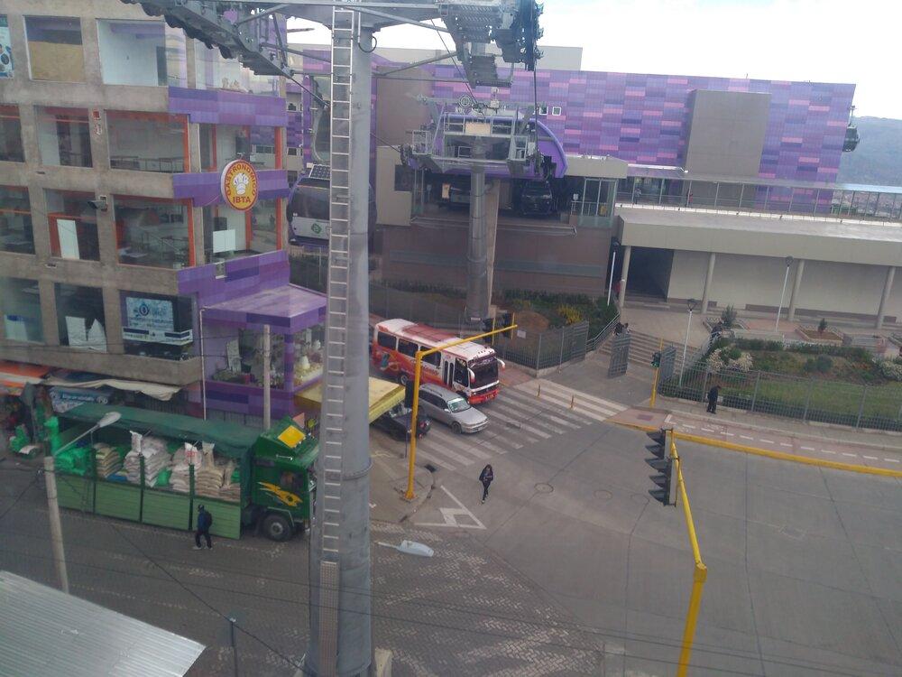 Stanice Tiquira (5x). Je vní nutné přesedat, fialová linka je tvořena dvěma samostatnými lanovkami.